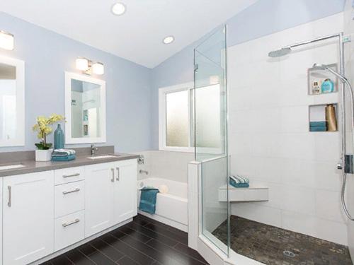 Дизайн голубой ванной со стеклянной перегородкой