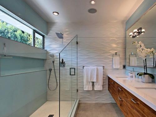 Ванная комната со стеклянной ширмой на ванне
