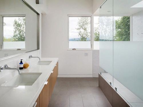 Ванная комната с красивой перегородкой из стекла