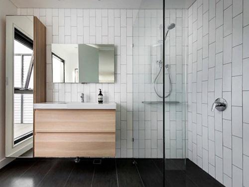 Ванная комната с красивой стеклянной перегородкой на месте ванны и душа