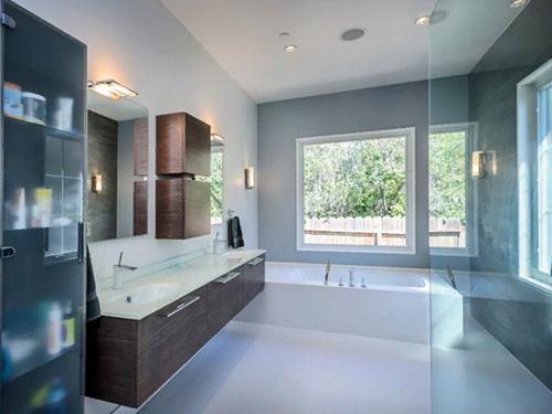 Фотография большой и просторной ванной комнаты с душевой перегородкой