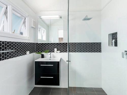 Дизайн ванной комнаты в черно белом цвете и душевая перегородка