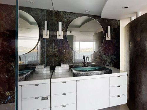 Бело-коричневая ванная комната с зеркалом и шкафом
