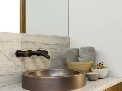 Керамическая раковина встроенная в столешницу
