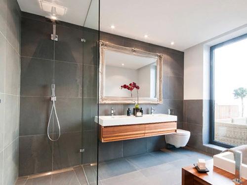 Красивая ванная комната со стеклянной душевой перегородкой