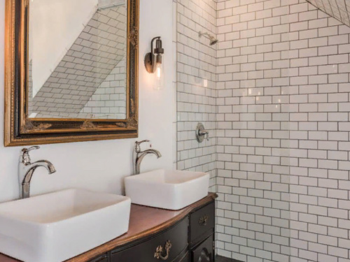 Большая ванная комната с двумя раковинами и душевой стеклянной кабинкой