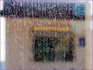 Грязные стекла душевой кабины