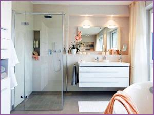 Стеклянный душевой уголок в интерьере ванной комнаты