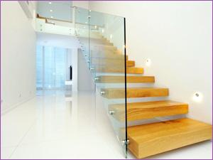 Стеклянные перила для лестницы в частном дома или коттедже