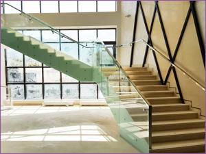 Изготовление и установка ограждения для лестницы из стекла в офисном здании