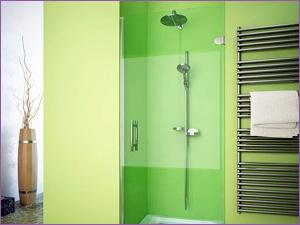 Стеклянная душевая с дверью в ванной с зеленым интерьером