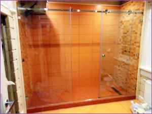 Раздвижная перегородка из стекла в ванную комнату