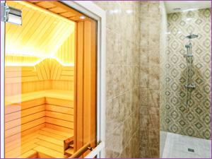 Сауна со стеклянной дверью в трех комнатной квартире