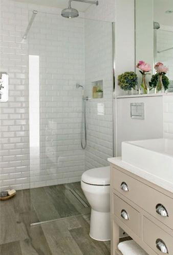 Стеклянная перегородка между унитазом и ванной