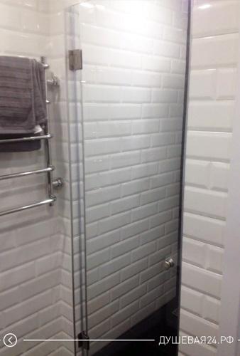 Пример открытой стеклянной двери в душевую комнату