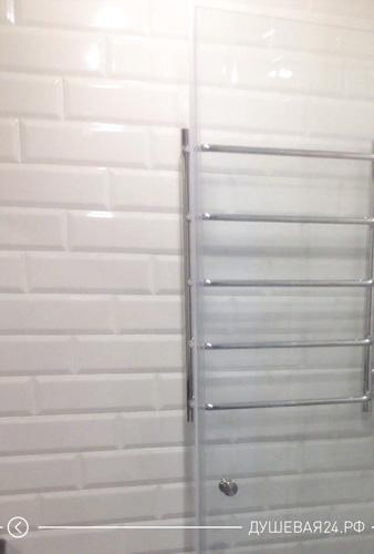 Фото изготовленной двери из стекла в душевую