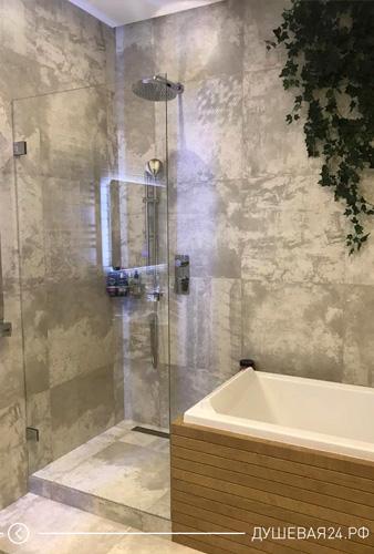 Пример стеклянной душевой с перегородкой и дверью