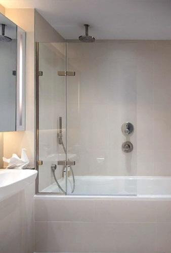 Стеклянная шторка на белой акриловой ванне