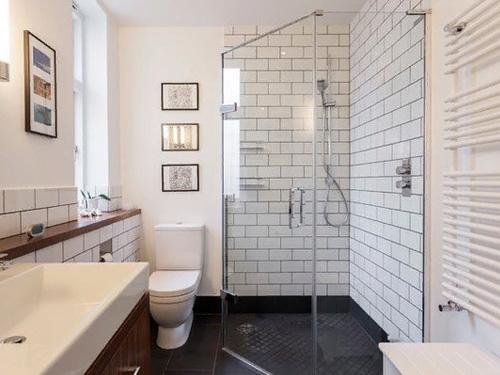 Душевая кабина из стекла в маленькой ванной комнате