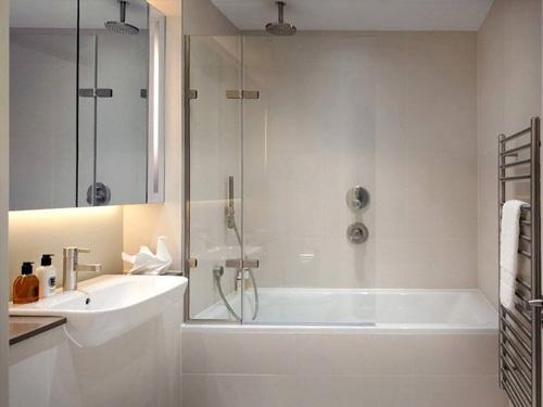 Фото стеклянной шторки для ванной комнаты