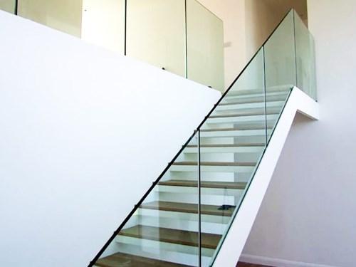 Цельностеклянные перила на лестнице