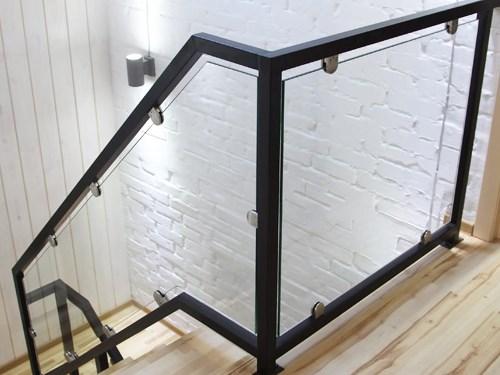 Стеклянные перила в частным дом с железными поручнями