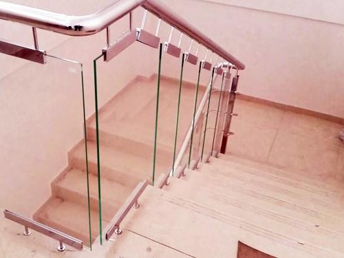 Стеклянные ограждения на лестницу в офисное здание