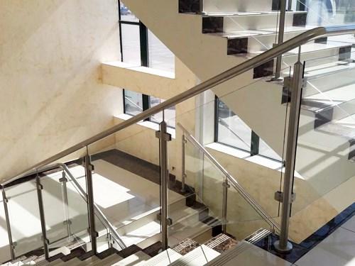 Стеклянные перила на лестницу в офисном здании