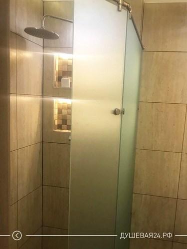 Перегородка из стекла со стеклянной дверью в ванной комнате