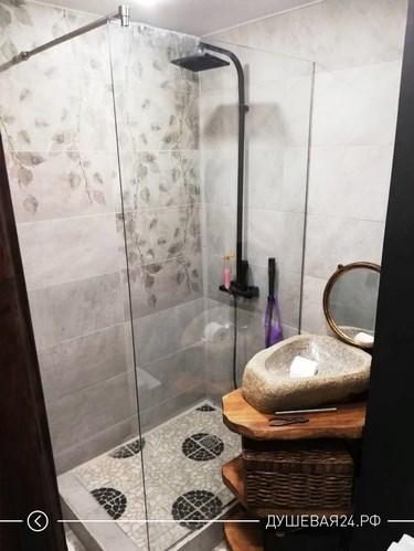 Угловая перегородка из стекла с душем