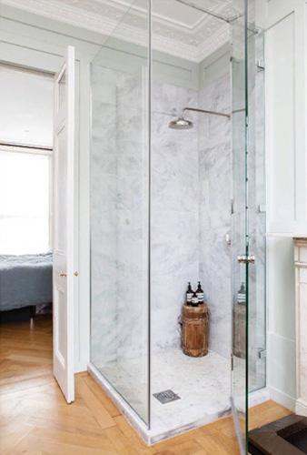 Стеклянный душевой уголок в светкой ванной комнате