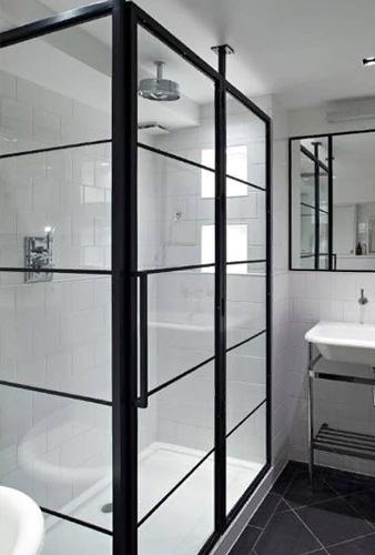 Душевой уголок из стекла и алюминия в ванной комнате коттеджа