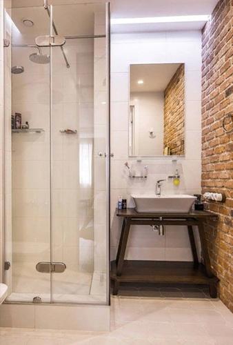 Готовая небольшая ванная комната совмещенная с душевым уголком и раковиной
