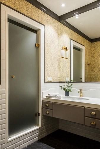 Матовая стеклянная дверь в нишу ванной комнаты
