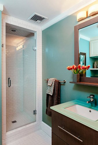 Стеклянная дверь в маленькой ванной комнате