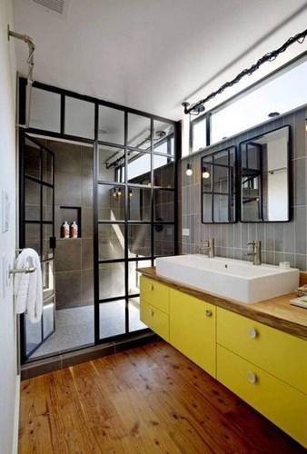 Ванная комната с желтой мебелью