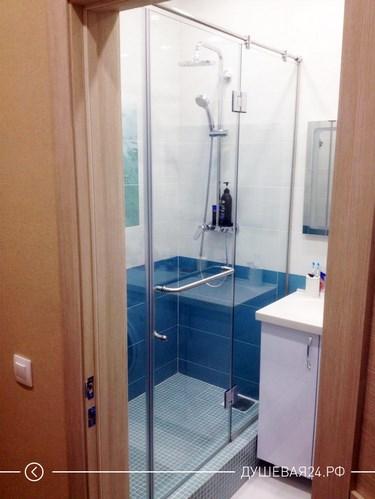 Установленная перегородка из стекла в ванной комнате