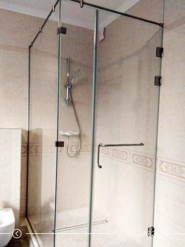 Современный уголок из стекла в ванную комнату