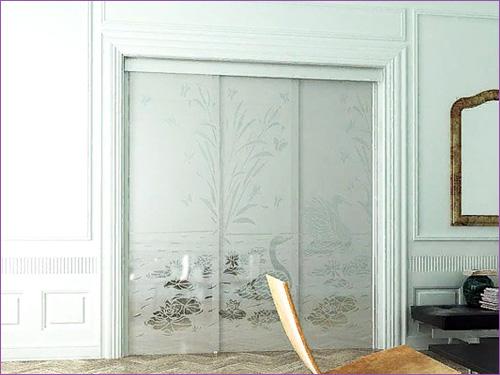 Большие стеклянные двери между комнатами из трех секций