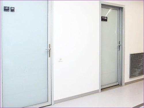 Две стеклянные двери в офис или банк